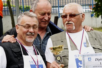 A győztes csapat a polgármesterrel