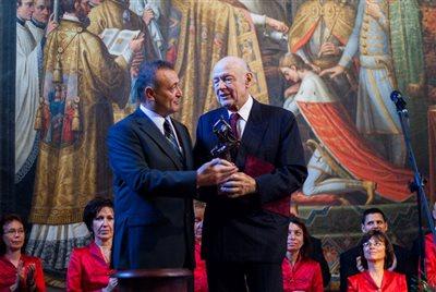 Halzl József a díj átvételekor