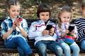 Szülők! Figyeljünk mobilozó gyermekeinkre!